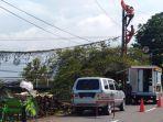 petugas-pln-tengah-membenarkan-jaringan-listrik-yang-mengalami-kerusakan.jpg