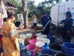 petugas-pmi-kabupaten-tegal-memberikan-bantuan-air-di-desa-kedung-kelor_20180717_164152.jpg