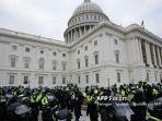 petugas-polisi-berjaga-jaga-saat-pendukung-presiden-as-donald-trump-menyerbu-capitol-as.jpg