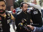 petugas-polisi-turki-mengawal-adnan-oktar-tengah-alias-harun-yahya.jpg