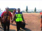 petugas-pt-asdp-dibantu-kepolisian-menggiring-penumpang-yang-membuat-onar_20180718_142605.jpg