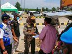 petugas-satpol-pp-kabupaten-batang-dan-dishub-provinsi-jateng-mendatangi-kendaraan.jpg