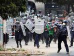 polisi-bergerak-maju-untuk-membubarkan-massa-anti-kudeta-di-mandalay-myanmar.jpg