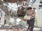 polisi-bersama-warga-membersihkan-puing-puing-atap-serambi-masjid-besar-al-furqon-nguter-yang-ambruk.jpg