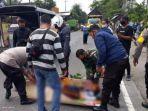 polisi-bersama-warga-mengangkat-tubuh-korban-kecelakaan-di-jalan-raya-desa-bendo.jpg