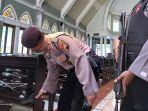 polisi-cek-gereja-pakai-metal-detector.jpg