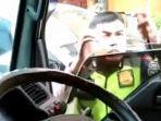 polisi-hentikan-paksa-mobil-ambulans.jpg