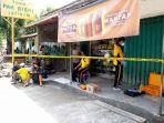 polisi-melakukan-pemeriksaan-di-toko-milik-bisri-efendi-di-desa-jatinom-kecamatan-kanigoro.jpg