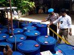 polisi-melihat-puluhan-drum-berisi-pestisida-di-kembangarum-mranggen_20171025_141740.jpg