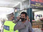 polisi-memasangkan-masker-ke-pengunjung-pasar-tumenggungan-dan-swalayan.jpg