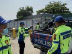 polisi-memeriksa-kendaraan-dan-lokasi-kecelakaan-melibatkan-motor.jpg