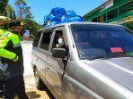 polisi-memeriksa-kendaraan-di-sekitar-pos-cemoro-kandang-tawangmangu-karanganyar.jpg
