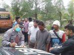 polisi-memintai-keterangan-saksi-penemuan-mayat-remaja-di-sungai-kedungbener-desa-mengkowo-kebumen.jpg
