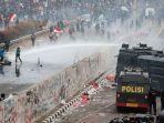 polisi-menembakan-water-bombing-saat-kericuhan-dalam-unjuk-rasa-di-depan-gedung-dpr.jpg