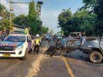 polisi-mengevakuasai-bangkai-minibus-isuzu-panther-yang-terlibat-kecelakaan.jpg