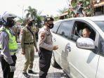 polisi-menghentikan-pengendara-yang-tidak-menggunakan-masker-saat-terjaring-operasi-yustisi.jpg