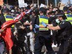 polisi-menyemprotkan-merica-ke-pengunjuk-rasa.jpg