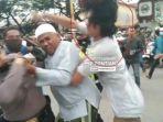 polisi-tangkap-seorang-pemuda-yang-menyerang-anggota-saat-bubarkan-aksi-1812.jpg