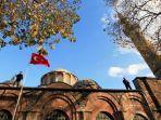 polisi-turki-berdiri-di-atap-museum-kariye-atau-gereja-chora-saat-kunjungan-pangeran.jpg