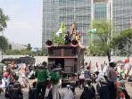 polres-metro-jakarta-pusat-mengamankan-peserta-unjuk-rasa-di-dekat-istana-negara.jpg