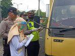 polres-pekalongan-melakukan-penyekatan-kendaraan-di-ibc-wiradesa-kabupaten-pekalonga.jpg