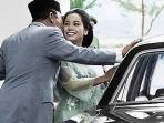 potret-presiden-soekarno-mencium-pipi-ratna-sari-dewiojuj.jpg