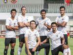 pratama-arhan-kiri-saat-berfoto-bersama-pemain-timnas-senior-indonesia.jpg
