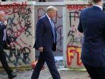 presiden-amerika-serikat-donald-trump-berjalan-melewati-bangunan.jpg