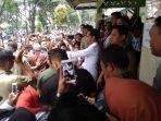 presiden-joko-widodo-berfoto-selfi-dengan-warga-sragen-di-gelanggang-olah-raga-diponegoro.jpg