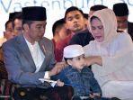 presiden-jokowi-jaket-jins-kepada-cucunya-jan-ethes-saat-merayakan-hari-santri-nasional.jpg