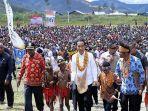 presiden-jokowi-menerima-sambutan-dari-warga-kabupaten-pegunungan-arfak-papua-barat.jpg