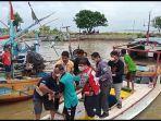 proses-evakuasi-dua-nelayan-yang-selamat-dari-kecelakaan-kapal-cantrang-di-perairan-jepara.jpg