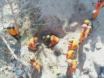 proses-evakuasi-korban-gempa-lombok-yang-tertimbun-longsor-oleh-tim-sar_20180815_105359.jpg