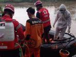proses-evakuasi-mayat-tanpa-identitas-di-aliran-sungai-bengawan-solo.jpg