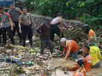 proses-pembersihan-sungai-desa-margomulyo-kecamatan-juwana-kabupaten-pati-yang-tersumbat-sampah.jpg