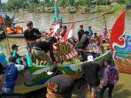 prosesi-larung-sesaji-dalam-tadisi-lomban-kupatan-di-desa-sambiroto-kecamatan-tayu-kabupaten-pati.jpg