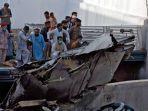 puing-puing-pesawat-pakistan-international-airlines-yang-jatuh-di-permukiman-karachi.jpg