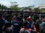 puluhan-personel-kepolisian-menyekat-jalan-di-salah-satu-kawasan-industri-di-kabupaten-bekasi.jpg