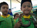 puluhan-siswa-paud-terpadu-annisa-muslimat-nu-pegang-reptil_20180430_194602.jpg