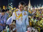 raja-maha-vajiralongkorn-dan-ratu-suthida-menyapa-pendukungnya-di-bangkok-thailand.jpg