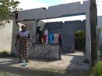 raliah-80-warga-kebonharjo-yang-masih-terus-membersihkan-rumahnya-yang-hancur_20180401_185335.jpg