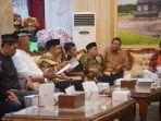 rapat-membahas-penghentian-kegiatan-jemaat-ahmadiyah-di-desa-winong-bawang-banjarnegara_20180508_084823.jpg