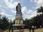 ratusan-jemaat-kristen-berdoa-di-depan-gua-maria-kerep-di-ambarawa_20171225_141828.jpg