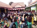 ratusan-siswa-sdn-03-tritih-kulon-cilacap-utara-kabupaten-cilacap_20180810_181325.jpg