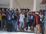 ratusan-warga-desa-pujut-kecamatan-tersono-melakukan-aksi-penolakan-galian-c.jpg