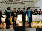 rektor-uin-walisongo-prof-dr-muhibbin-menyerahkan-doctor-honoris-causa-kepada-kh-husein-muhammad.jpg
