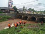 relawan-bpbd-kudus-membersihkan-sampah-di-sungai-piji_20171220_174712.jpg