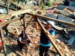 relawan-pmi-batang-sedang-membangun-hunian-darurat-atau-shleter-untuk-korban-gempa-lombok_20180821_150002.jpg