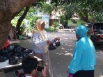 relawan-warung-makan-ben-warregh-membagikan-nasi-bungkus-kepada-masyarakat.jpg