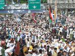 ribuan-jamaah-menyambut-kedatangan-pemimpin-fpi-rizieq-shihab-di-jalur-puncak-simpang-gadog.jpg